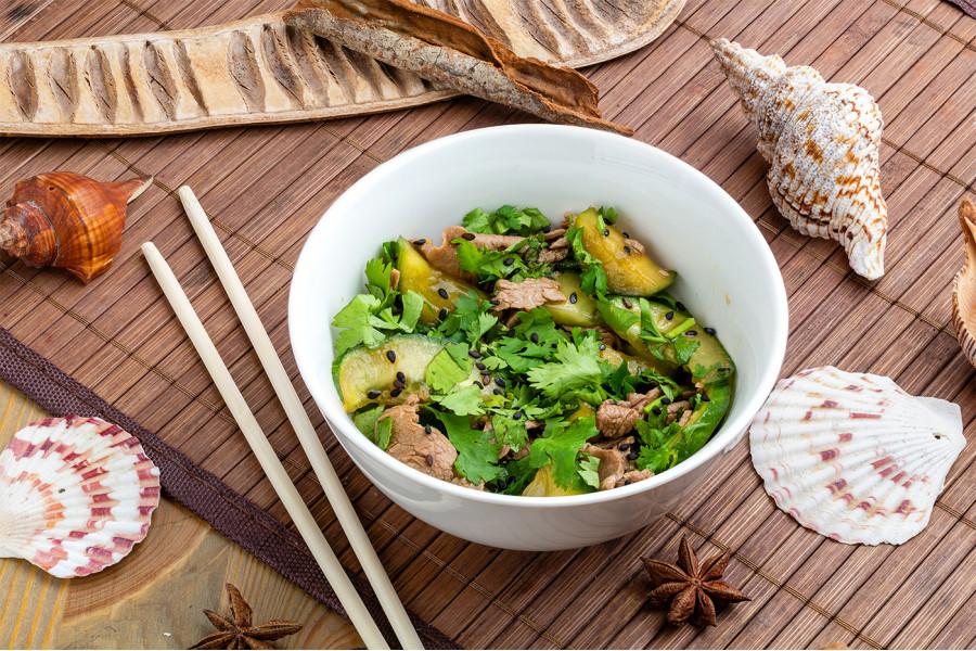 Салат с говядиной и огурцами Хоанг Дао